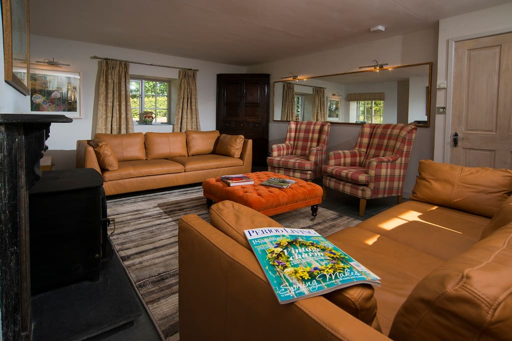 The delightful living room is light, spacious and comfortabe