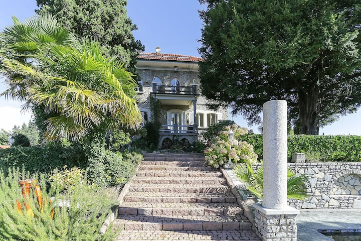 Luxury Italian Lakes villa with pool. 360 degree views. Sleeps 11.