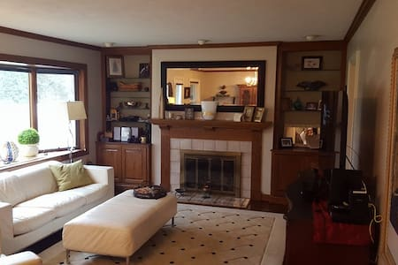 Private Room with Comfy Queen Bed - Downers Grove - บ้าน