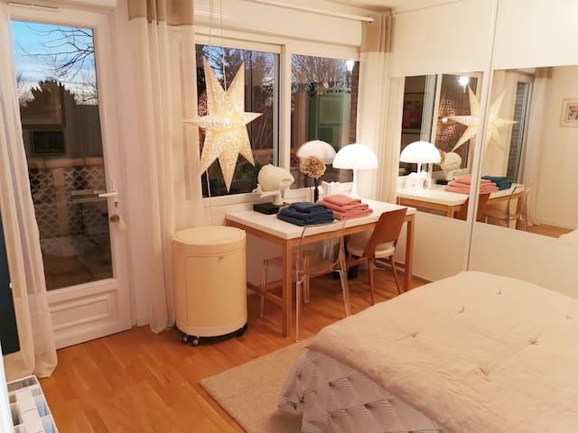 chambre 1 avec balcon / TV / coiffeuse /  sdb et wc privatifs.