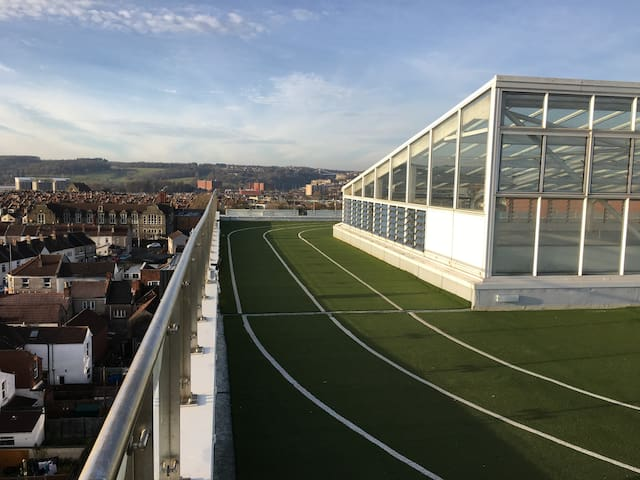 Futuristic Prison Views - Bristol - Lakás