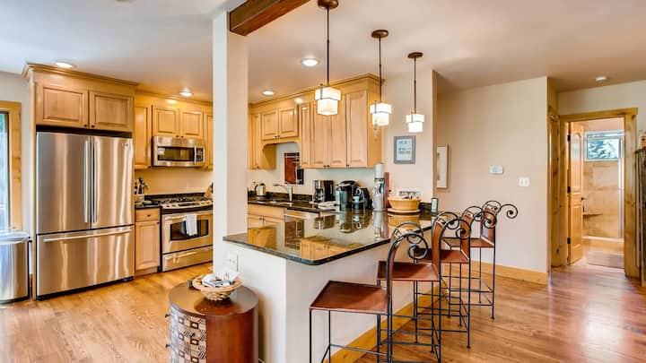 Large Family Ski Vacation Home minute from Vail&BC
