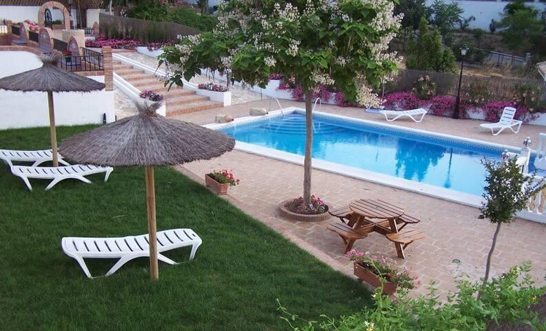 Casa con chimenea,piscina y jardín. - Priego de Córdoba - Chalet