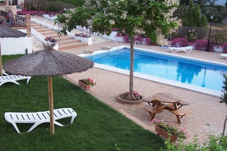 Casa con chimenea,piscina y jardín. - Priego de Córdoba