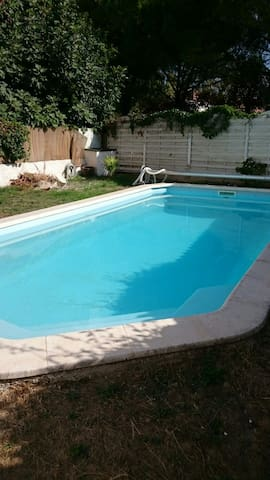Double room in a quiet house with a pool - Marignane - Casa