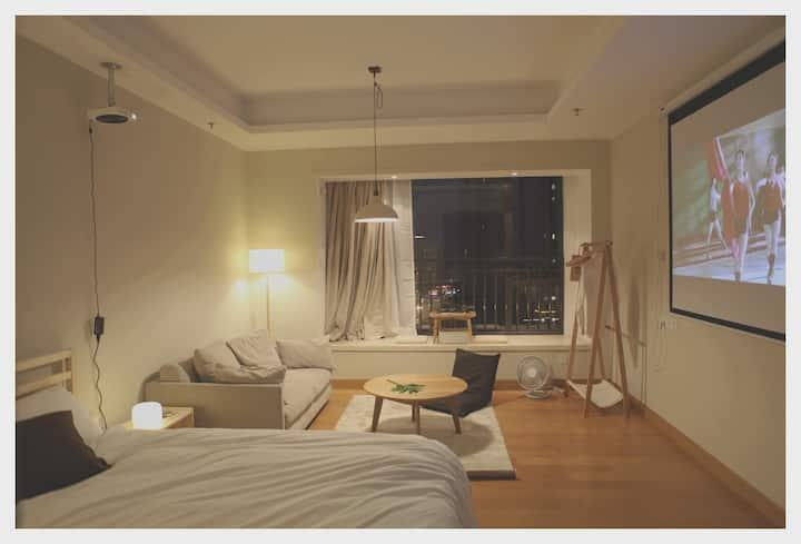 【瓶瓶家】近春熙路/地铁口/MUJI风格/100寸投影/1.8米大床房