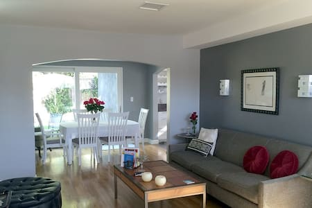 Clean Comfortable  Mid Town Modern w/Extras! - Ház
