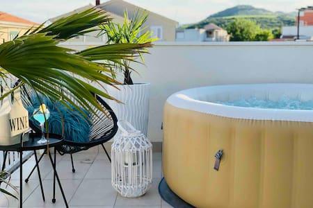 Modern Apt. with Whirlpool, Pool, Netflix & BBQ