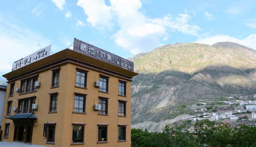 位于香格里拉与梅里雪山之间的康巴江南奔子栏的一家藏式精品客栈。 - Deqen - Apartamento