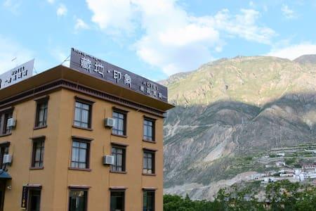 位于香格里拉与梅里雪山之间的康巴江南奔子栏的一家藏式精品客栈。 - Deqen