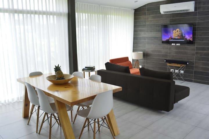 Bella casa y amplia en Punta Leona - Garabito