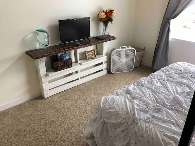 RM B~PRVT RM w/ Loft-bed, Hot Tub access!