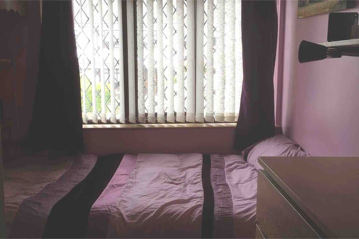 Raheny -Small comfortable room with a double bed