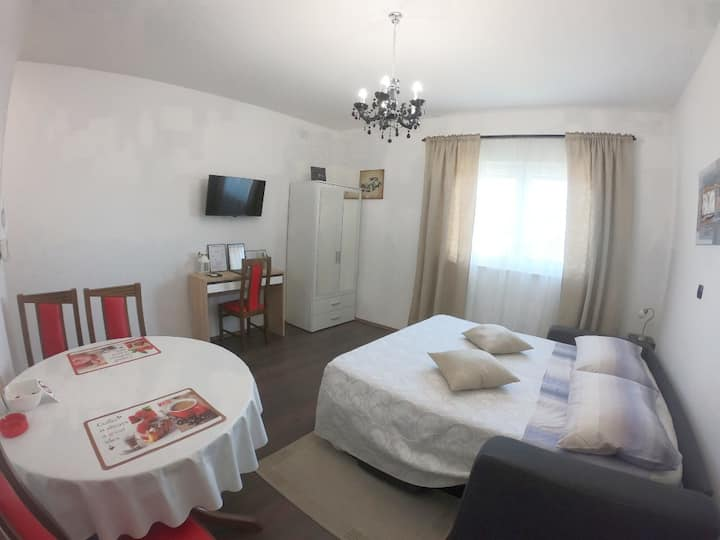 Peaceful apartment on the main road to Split
