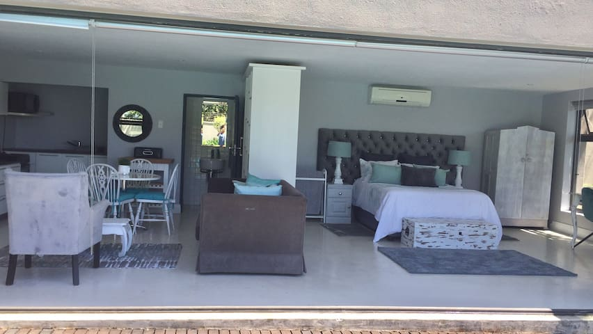 Bright, peaceful poolside guest suite- DSTV & WIFI