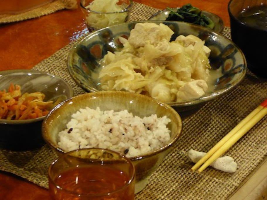 夕食の一例。地元の野菜を中心とした、家庭料理です。