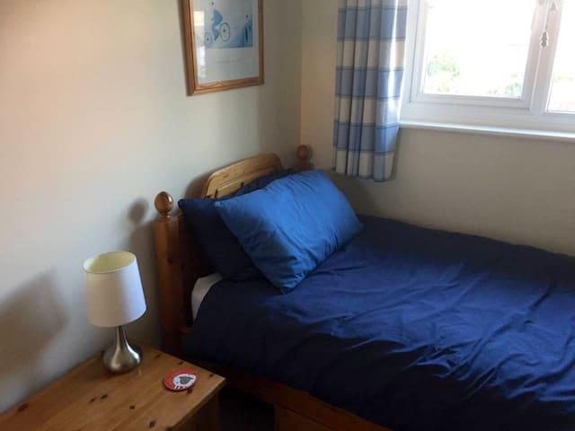 Single room, close to Oxford & village amenities