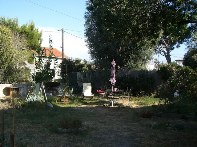 Chambre dans maison d'artiste avec jardin