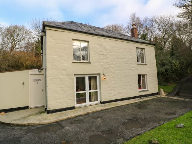 LAMPRA MILL COTTAGE, pet friendly in Mullion, Ref 999507