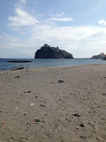 Spiaggia di fronte casa con vista del castello aragonese