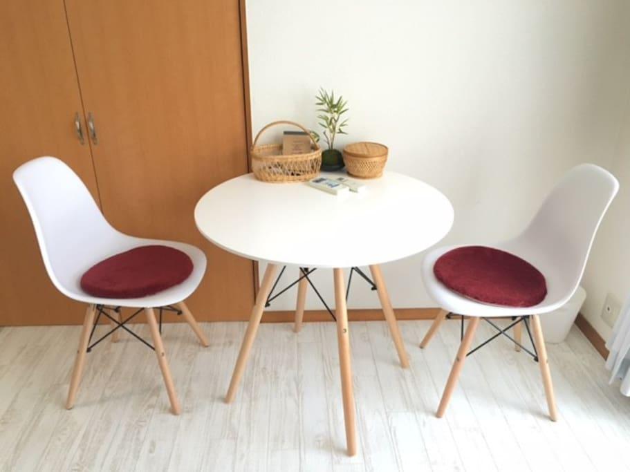 カフェセット。コーヒー、紅茶を飲みながらゆったり過ごしてください。Petite table and chairs. Small and cozy, enjoy your coffee time!