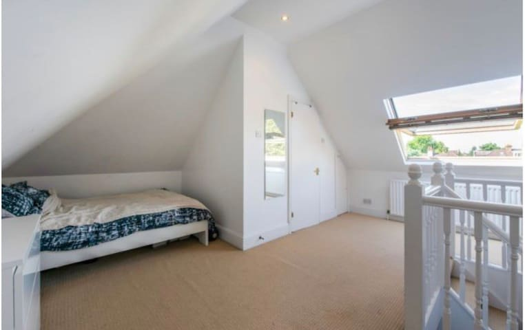 Cosy & Bright Flat to yourself. Free parking!