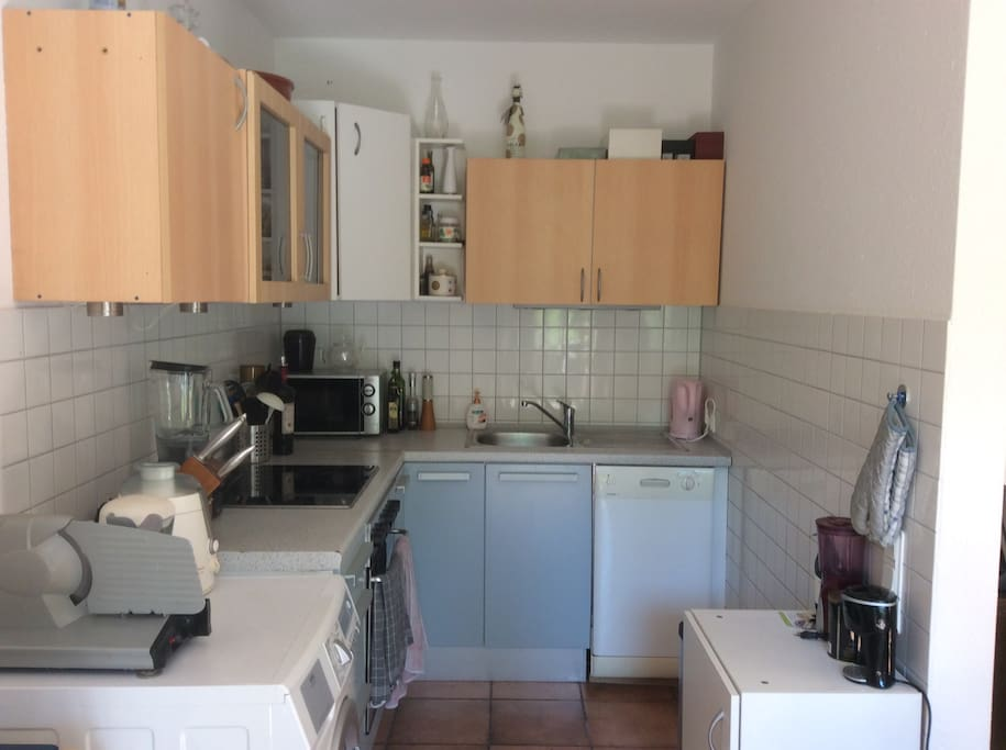 Fully equipped kitchen with dishwasher, microwave, juicer, smoothie maker, bread slicer, washmachine, coffeemaker & some more...