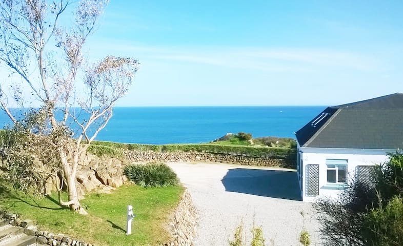 Large Above Beach House on Headland - Coverack - Hus