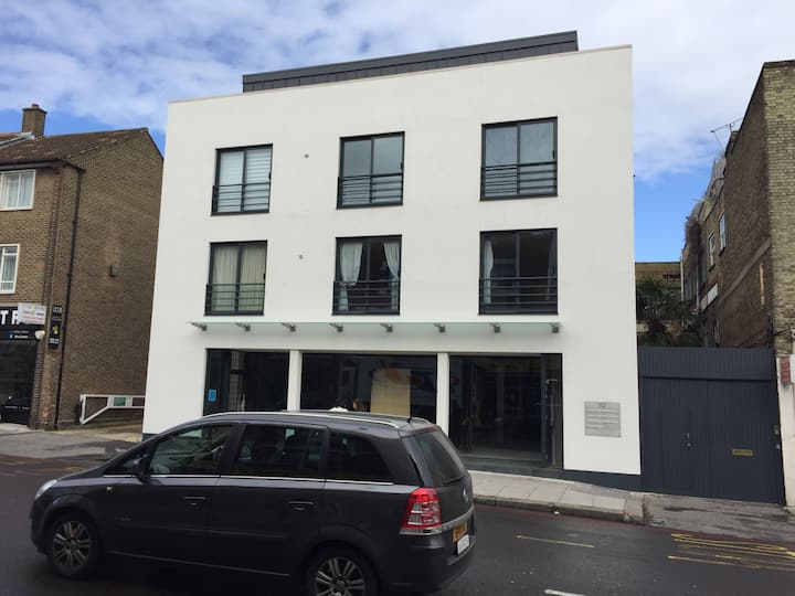 Spacious studio flat in the heart of Clapham JCT