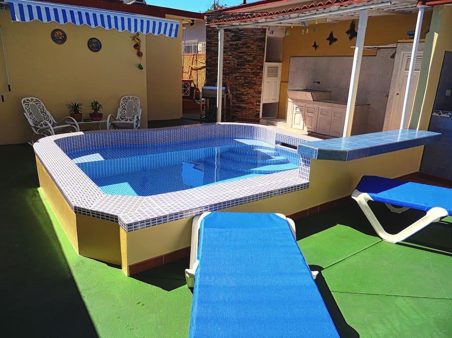 Área de descanzo y relajación + piscina