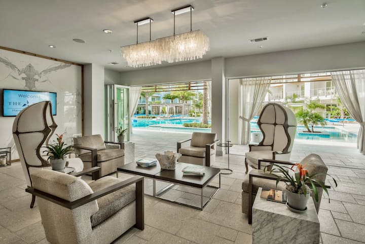 Luxury Condo, Resort-style pool, Short Walk to Local Shopping and Dining