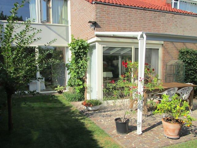 Privé kamer in ruime woning in groene wijk