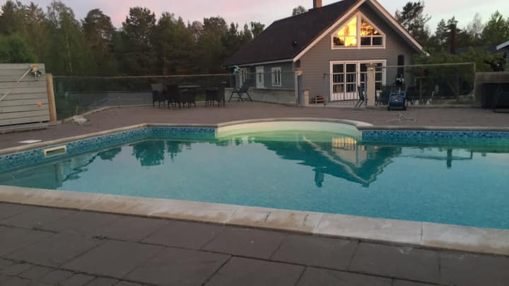 Exklusivt strandnära sommarparadis med pool.