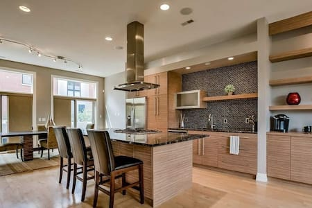 Luxury Downtown Townhouse with parking