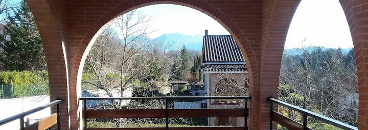 Villino panoramico tra le montagne e i prati