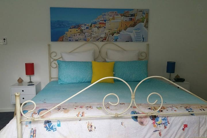 Santorini room. King electric bed and ensuite.