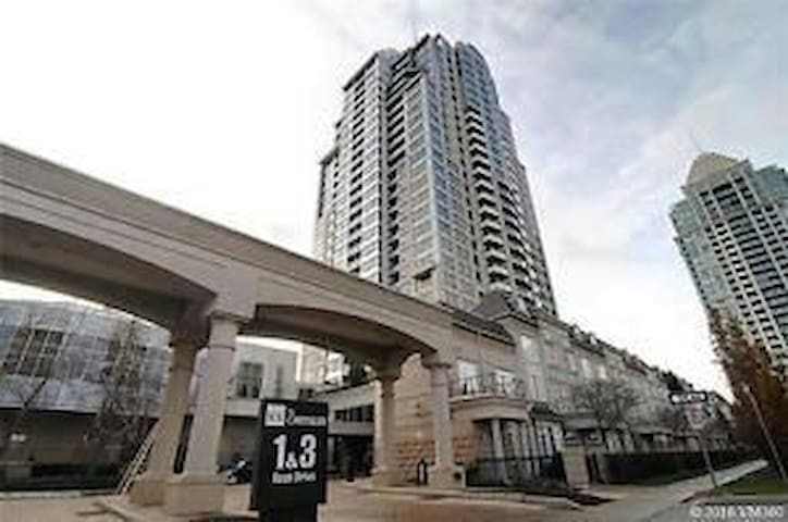 Cozy Masterbdrm+Den+Balcony+ 2 Washroom+Full Kitch - Toronto - Huoneisto