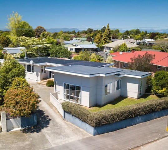 Large Sunny Home Close to It All - Relax & Explore