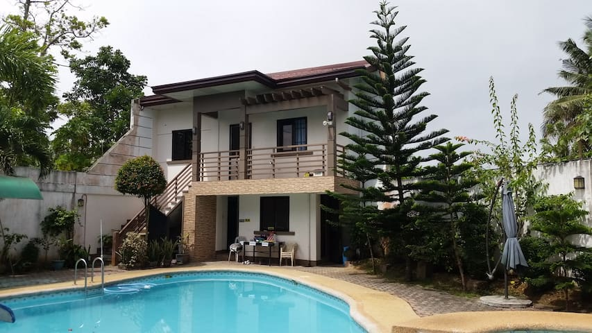 VILLA IN TAGAYTAY AREA GATED ESTATE - PH - House