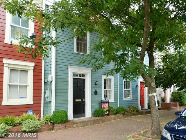 Charming row house in walkable Old Town Alexandria - Alexandria - Casa
