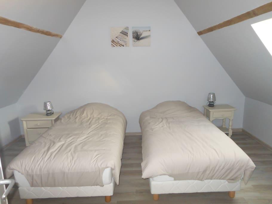 Seconde chambre avec 2 lits simples ( à rapprocher ou non...!!!...)