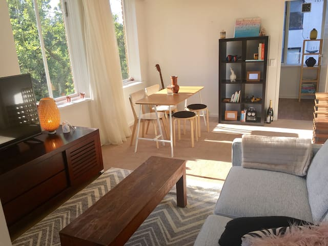 Bright & Quite 2 Bed Apt + Sml Balcony - South Yarra - Apartment