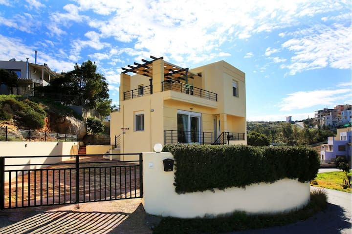 Villa Angela - Bright, Stylish Maisonette with Seaview, 5min To Beach.