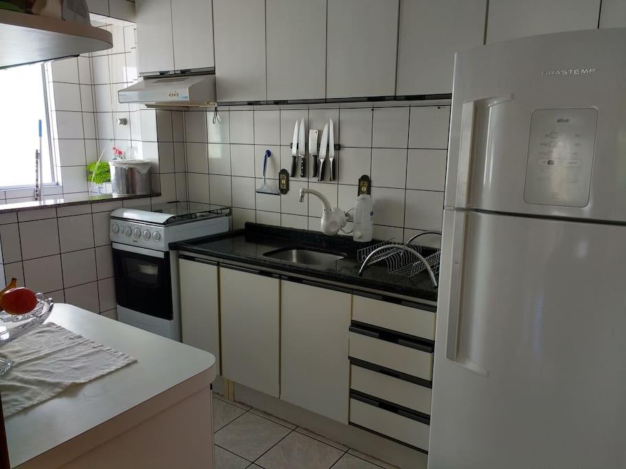 A cozinha possui air frier, cafeteira dolche gusto, sanduicheira, mix e jogo de mesa.