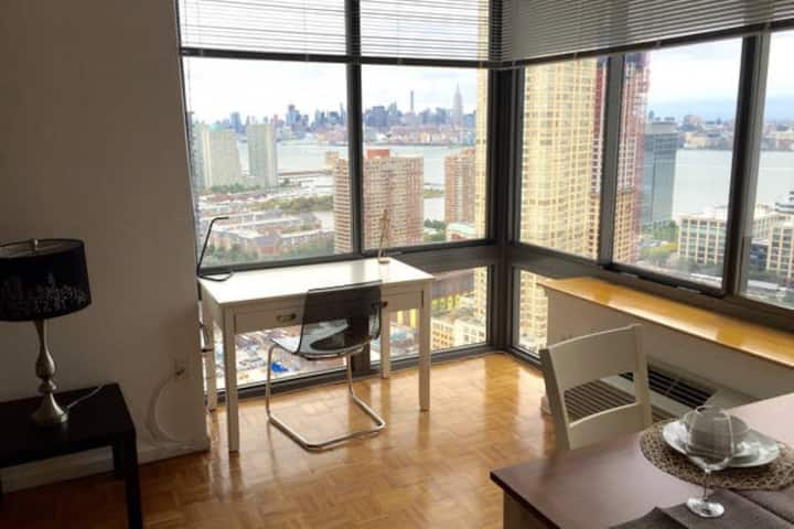 1BR apartment with Manhattan view