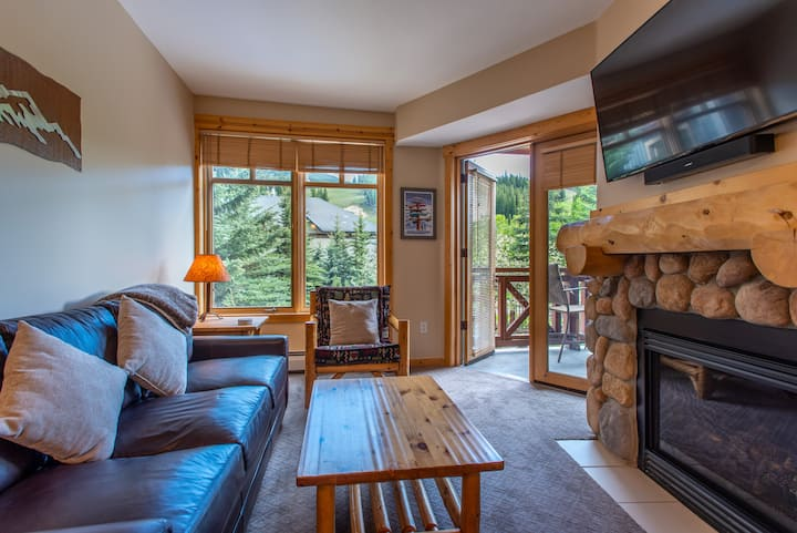 Beautiful one bedroom condo steps from the new American Flyer Lift.  Free und