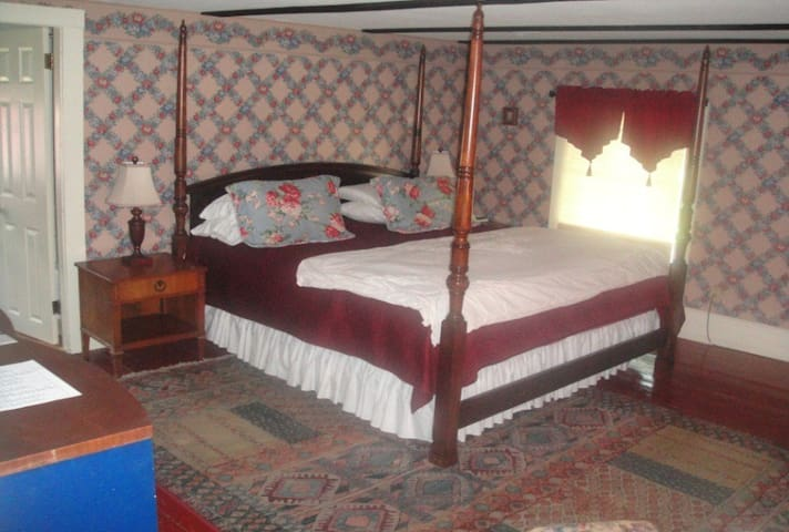 The Chumleigh (Second Floor) 4 Poster King Bed Bath w/Shower & Tub Electric Fire Place A beautiful room for a romantic getaway. $125/night