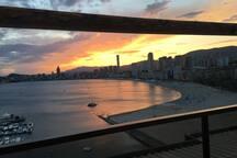 Appartement terrasse au dernier étage (Atico) offrant une vue panoramique sur toute la plage... Des couchés de soleil splendides vous attendent... Romantique à souhait...