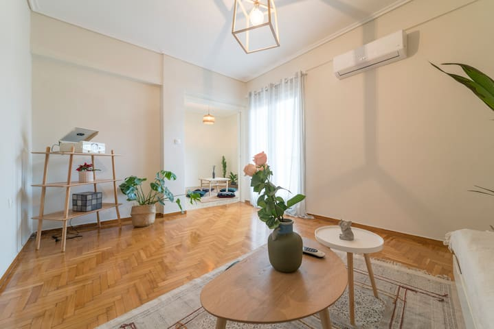 Central ,spacious &bright apartment. 2min-metro.