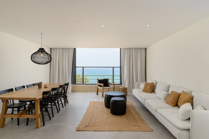 Stylish & Spacious  3 bedroom apartment by the Sea
